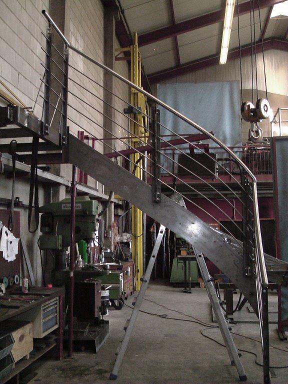 Eisentreppe mit Podest im Bau