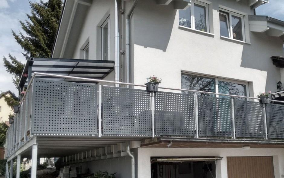 Terrassengeländer mit Lochblech und Überdachung