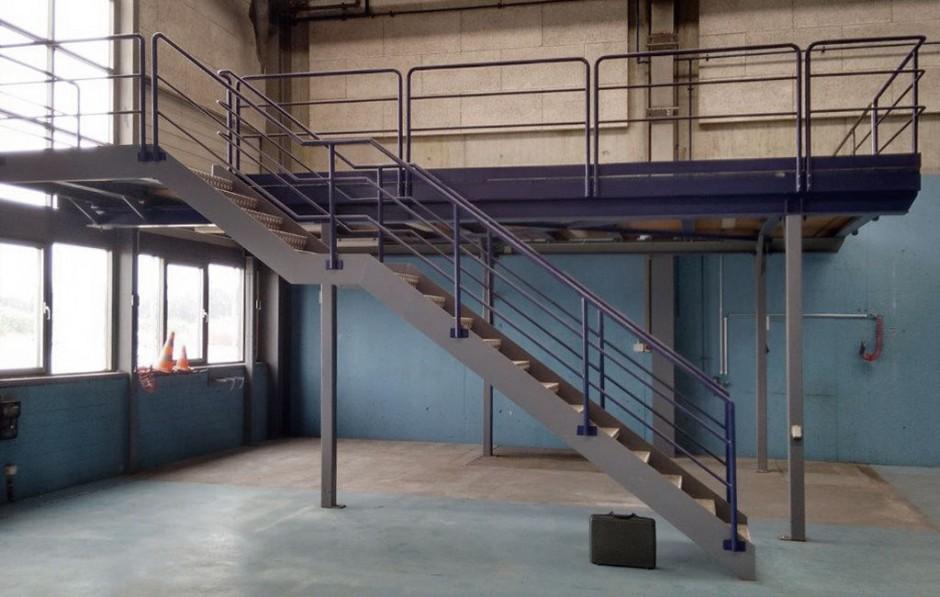 grosses Podest aus Stahl mit Treppe